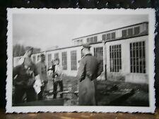 Photo argentique guerre 39 45 soldat Allemand wehrmacht WWII 2 lavage à la pompe