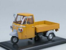 Voitures miniatures orange en plastique