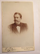 Recklinghausen - Herne - Mann mit Bart im Anzug - Portrait / KAB