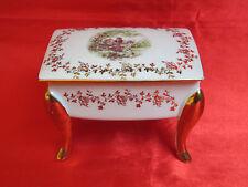Bonbonnière porcelaine LIMOGES commode courtisans fleurettes pieds dorés