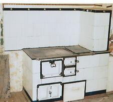 die Ofenkacheln und Metallteile von einem antiken Küchen Kachelofen