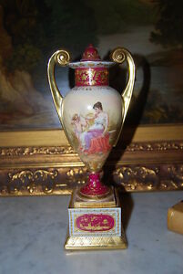 SUPERB ROYAL VIENNA NEOCLASSICAL VASE URN HAND PAINTED BY SIMON BURGUNDY & GOLD