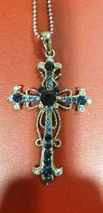Collier fantaisie, chaîne + pendentif croix, couleur argent, brillants bleu