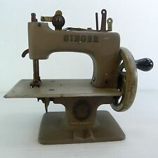 A SMALL/MINIATURE VINTAGE SINGER MADE IN CANADA METAL SEWING MACHINE