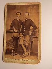 Brünn - stehender Mann & Soldat in Uniform - Stiefel mit Sporen - Kulisse / CDV