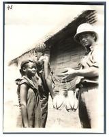 Tchad, Fort-Lamy (Ndjamena), Piombo achète des oeufs d'autruches  Vintage s