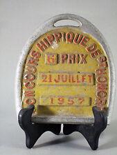 PLAQUE DE CONCOURS HIPPIQUE, en forme de fer à cheval, alu, 1957