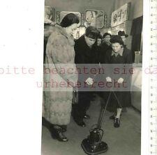 ORIGINAL PRESSEFOTO: 1954 Walentina SITENKOWA FÜHRT ELEKTRISCHE BOHNERBÜRSTE VOR