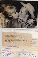Janet Leigh y Kirk Douglas. Fotografía. Saludo cariñoso. Gran gala en Hollywood,