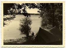 Camping au bord de l'eau lac toile tente pêche - photo ancienne an. 1950