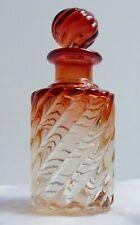 Flacon en verre rose—Pressé, moulé, teinté et torsadé—Début XXe