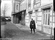 portrait homme manteau dvt maison - ancien négatif verre photo - an. 1910 1920