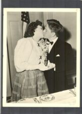 JUDY GARLAND + MICKEY ROONEY KISS WHILE HOLDING AN OSCAR - 2 GREAT YOUNG STARS