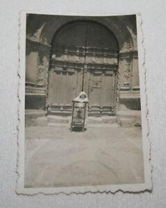 FOTOGRAFIA ANTIGUA, NIÑA DE COMUNION EN UN RECLINATORIO, AÑOS 30-40, FOTO