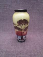 Petit vase ancien en porcelaine peinte signé GB