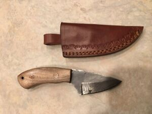 Damascus hunting knife w/beautiful grained light wood stocks & leather sheath