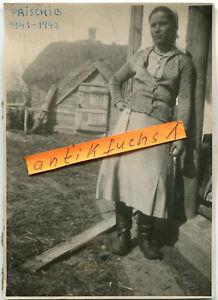 Foto : Frau aus Rußland in Leder-Stiefel im Dorf Prischib in der Ukraine im 2.WK