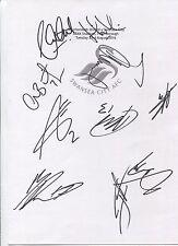 Dos Tarjetas de Blanco A4 con el Swansea City distintivo. firmado Por 21 jugadores en 23.08.16