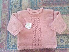 Jersey bebé. Hecho a mano realizado en lana. Color rosa palo ochos.. Talla 6-12