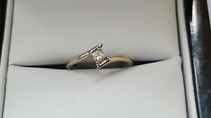 18ct Gold Delicate 0.10 CT Princess Cut Crossover Solitaire Ring Size i - i 1/2