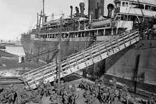 8th Light Horse Rgt soldiers disembark Suez Egypt 4 April 1915 Modern postcard