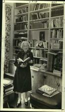 1980 Press Photo Janet Yancey reading a book - noc38316