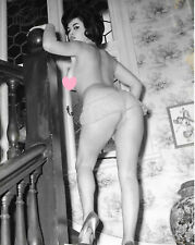 RUSSELL GAY - Pin-up brune seins nus - Photographie originale Vintage 1963 #173