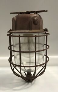 Alte schwere Bunkerlampe mit Schutzgitter