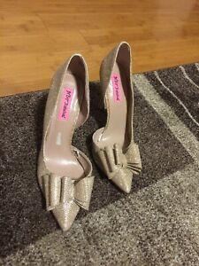 Betsey Johnson Women Wedding Prom Pumps Size 8.5M Gold Heels Odorsay #S40