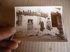 Ancienne Photographie Poulet et poule blanche dans le cour d'une ferme agricole