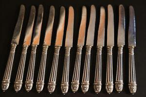 12 couteaux en argent massif  et manche en argent massif fourrés / 12 solid silv