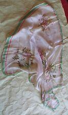 Foulard de soie jaunâtre avec bouquet de fleurs – bordure verte et rouge