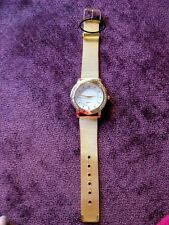 Reloj color oro amarillo con piedras strass (pequeña tara)