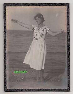 Verglastes Foto Karlshagen / Usedom 1927 deutsche Frau tanzt am Strand !