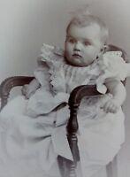 Baby im Kleidchen auf Stuhl - Foto / Fotographie - Wilcke / Hamburg