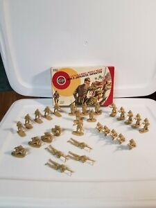 Airfix #51455-4 WWII Japanese Infantry 1/32 Scale 29 Figures Tan plastic 1976