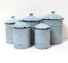Série de 5 pots anciens tôle émaillée mouchetée gris clair