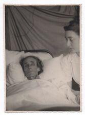 PHOTO ANCIENNE Portrait Femme âgée allongée alitée Malade Lit 1940 Infirmière