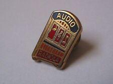 Pin's Radiola (spécialisé dans les récepteurs radio audio) signé Decat Paris