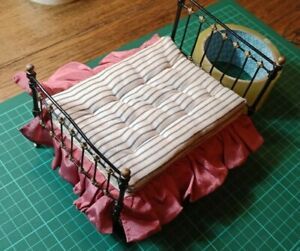 Metal bed with mattress and valance: Vintage Dolls house furniture