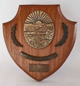 Plaque Bronze Bois au Maire de LYON PRADEL par le Maire de LA PLATA Argentine