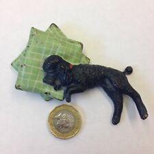 Cold painted bronze figurine d'un Noir Caniche allongée sur 2 oreillers autrichien?