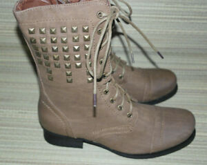 SPOT ON WOMENS TAN LACE UP/ZIP SYNTHETIC STUDDED COMBAT BOOTS SIZE:6/39 (WB3558)