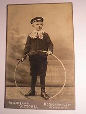 Recklinghausen - stehender Junge mit Mütze & Reifen - Kulisse / KAB