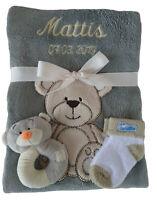 Babydecke grau Teddy mit Namen bestickt + Rassel Teddy + Babysocken