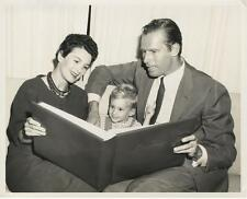 CHARLTON HESTON-ORIGINAL PHOTO-CANDID-AT HOME WITH FAMILY