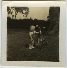 PHOTO ANCIENNE - VINTAGE SNAPSHOT - ENFANT VÉLO TRICYCLE DRÔLE - CHILD BIKE FUN