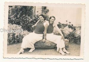 Vintage photo 1937 - 2 women posing in matching polka dot shirts