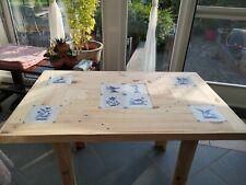 table en bois avec décoration en Delf