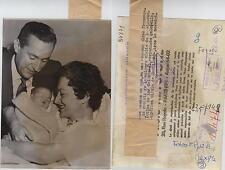 Olivia de Havilland. Fotografía de la artista de cine con su marido y su hijo